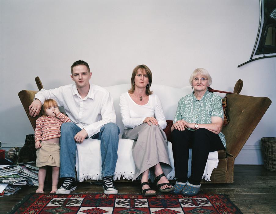 Lileth Park (2), Tim Park (22), Susan Smith (43) en Sylvia Smith (70) uit de serie Generations door Julian Germain