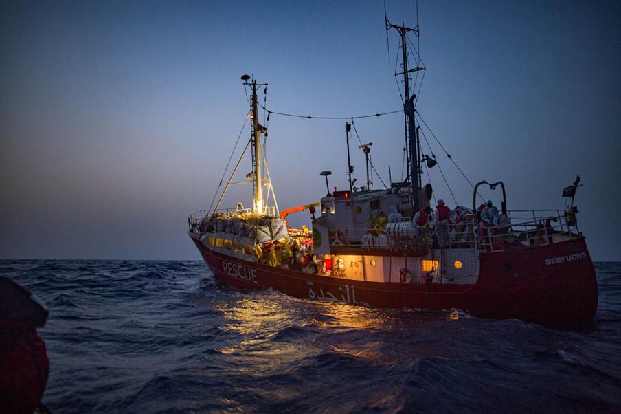 Een reddingsactie bij slecht weer door de Seefuchs, het reddingsschip van de Duitse ngo Sea-Eye. Speedboten van Sea-Watch 3 helpen bij deze reddingsactie, omdat de Seefuch te klein is om zoveel mensen te vervoeren, 6 juni 2018. Foto: Erik Marquardt