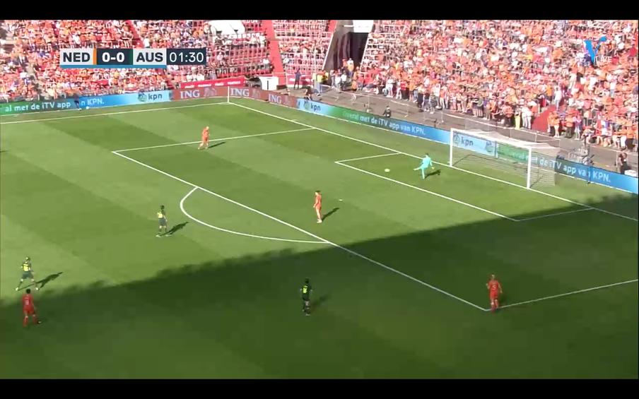 Keeper Van Veenendaal speelt rechtsback Van Lunteren in.