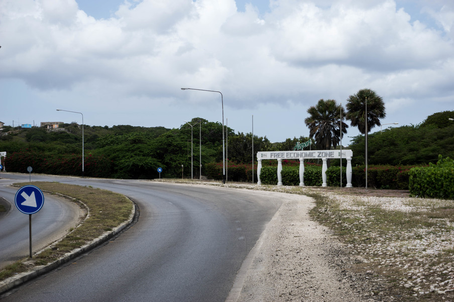Via de Free Economic Zone, nabij het Curaçao International Airport, wordt Venezolaans goud verder doorgevoerd, waarna Curaçao het land van herkomst is op de papieren. Foto: Bram Ebus