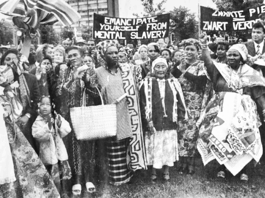 Tegenstanders van zwarte piet tijdens een demonstratie met de slogan Zwarte Piet = Zwart verdriet. Foto: onbekend