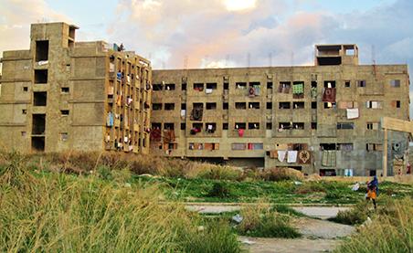 Het onafgebouwde universiteitsgebouw in de Libanese stad Saida waar Kafia's familie woont. Foto: Marit de Looijer