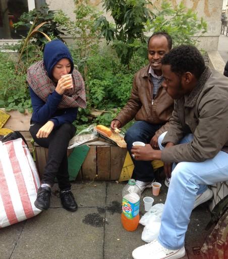 Op de stoep voor het Soedanese café in Parijs