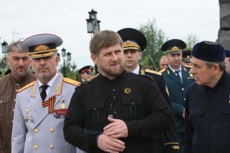 Ruslan Alkhanov, Ramzan Kadyrov en Dukuvakha Abdurakhmanov (van links naar rechts), in Grozny. Foto: Said Tcarnaev/HH