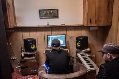 Ares achter de computer.