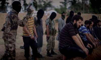 Still uit ISIS film 'Flames of War'. Jihadi John vlak voor hij 5 gevangenen executeert.