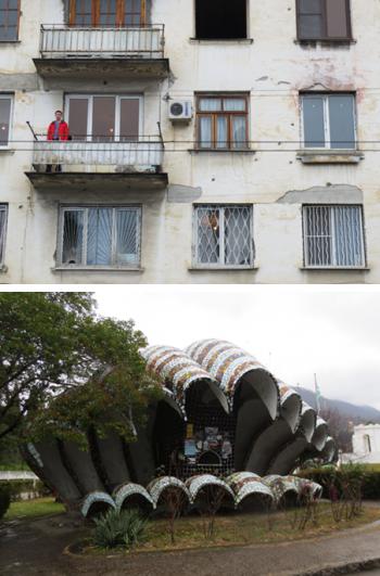 Boven: Kogelgaten in flatgebouwen herinneren aan de oorlog van 1992-1993. Onder: Bushalte in de Abchazische plaats Novy Afon. Foto's: Floris Akkerman