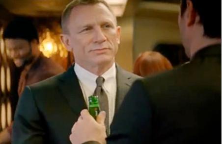Daniel Craig drinkt een Heineken als James Bond in 'Skyfall' (2012).