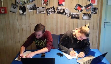 Teun (links) en Auck bezig met hun onderzoek.