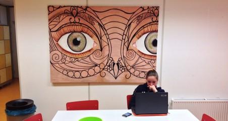 Een leerling werkt zelfstandig aan haar onderzoek.
