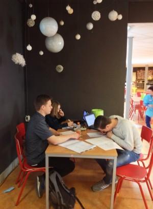 Drie leerlingen studeren in de kantine. Foto's: Johannes Visser