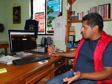 Israel Hernández, beheerder van het Gemeenschapsnetwerk van Villa Talea de Castro, laat in zijn kantoor in het lokale radiostation de software van het mobiele netwerk zien.