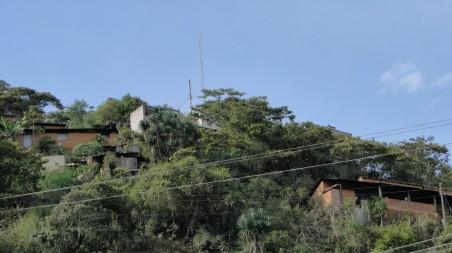 De antenna van RCT, op een heuvel die uitkijkt over Talea.