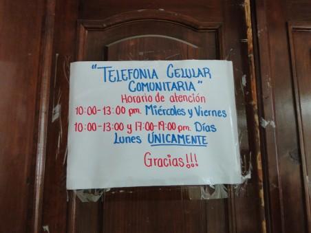 Papier op de deur van het kantoor van Talea's gemeenschapsnetwerk.