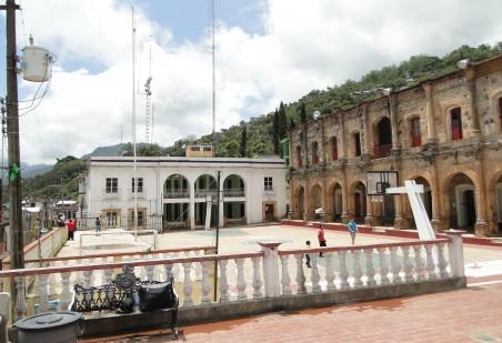 Het centrale plein van Talea. In het witte gebouw is de lokale radiozender gevestigd, van waaruit ook het gemeenschapsnetwerk wordt beheerd. Rechts het gemeentehuis.