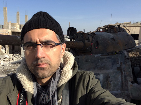 Selfie van filmmaker Reber Dosky in Kobani voor een op IS buitgemaakte tank.