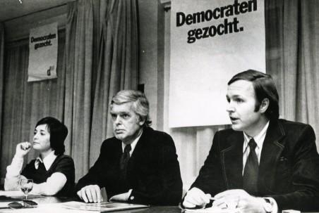 27 februari 1974: D66 fractievoorzitter Jan Terlouw (rechts op de foto) verklaart op een persconferentie dat bij de komende Statenverkiezingen het voortbestaan van D66 op het spel staat. Foto: ANP