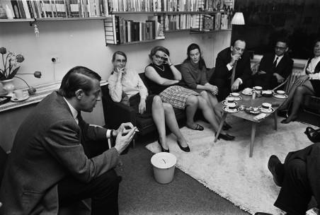 Hans van Mierlo tijdens een huiskamerbijeenkomst van D66 op 8 mei 1969. Foto: Ben Hansen/ANP