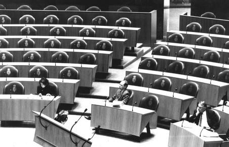In een bijna verlaten Tweede Kamer (met Hans van Mierlo rechtsonder in de hoek) werd op 17 november 1993 gestart met de behandeling van het rapport van de Enquetecommissie Uitvoerorganen Sociale Verzekeringen. Foto: Koen Suyk/ANP