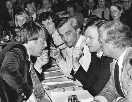 Een onderonsje tussen Hans van Mierlo, Glastra van Loon, Jan Terlouw en Jan ten Brink tijdens een congres van D66 op 6 februari 1977. Foto: Arthur Bastiaanse/ANP