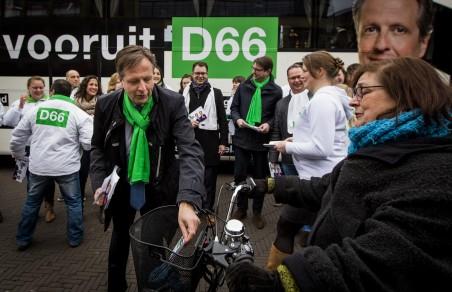 15 maart 2015: Alexander Pechtold (nu fractievoorzitter van D66) deelt flyers uit tijdens de campagne in Den Haag in aanloop naar de Provinciale Statenverkiezingen. Foto: Freek van den Bergh/Hollandse Hoogte