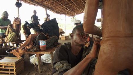 Emery Muhamba werkt aan zijn zelfportret in het Institute for Human Activities in Congo. Foto: Renzo Martens / IHA
