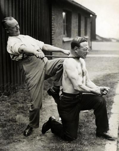Te zien in de tentoonstelling 'Life is Strange': Man buigt een ijzeren staaf om de hals van George Challart, de sterkste man van Londen, ca. 1935. Nationaal Archief/Collectie Spaarnestad/Fotograaf onbekend