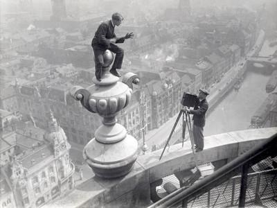 Te zien in de tentoonstelling 'Life is Strange': Een Duitse acrobaat toont zijn kunsten aan een filmer op de Berliner Dom, Berlijn, ca. 1925. Nationaal Archief/Collectie Spaarnestad/Fotograaf onbekend