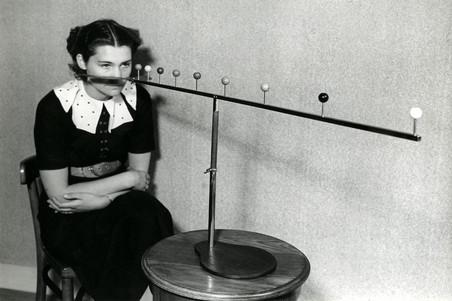 Te zien in de tentoonstelling 'Life is Strange': Ogengymnastiek: een vrouw doet een diepteoefening om haar zicht te verbeteren, 1937. Nationaal Archief/Collectie Spaarnestad/Het Leven/Fotograaf onbekend