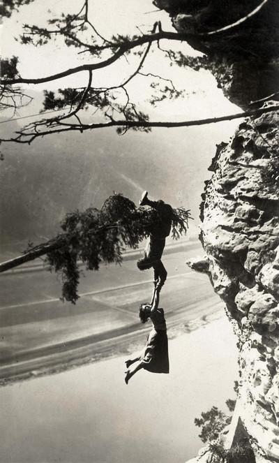 Te zien in de tentoonstelling 'Life is Strange': Stuntman Luciano Albertini en actrice Lya De Putti tijdens een opname voor de film Die Schlucht des Todes (De afgrond van den dood) in de Saksische Alpen, Duitsland, 1923. Nationaal Archief/Collectie Spaarn