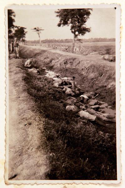 Foto van een executie in voormalig Nederlands-Indie, uit een fotoalbum dat werd gevonden in een vuilcontainer. De foto's komen uit het privé-album van een soldaat uit Enschede die in 1947 werd uitgezonden naar Nederlands-Indië. Foto: ANP