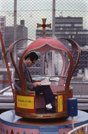 Een krantenlezer in Tokyo, uit de tentoonstelling 'Krantenlezers' van Eddy Posthuma de Boer.