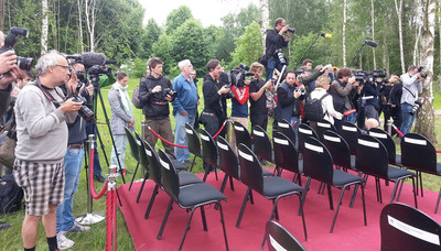 Aandacht van de pers voor de begrafenis die was georganiseerd door Das Zentrum für Politische Schönheit. Foto: Lucas De Man