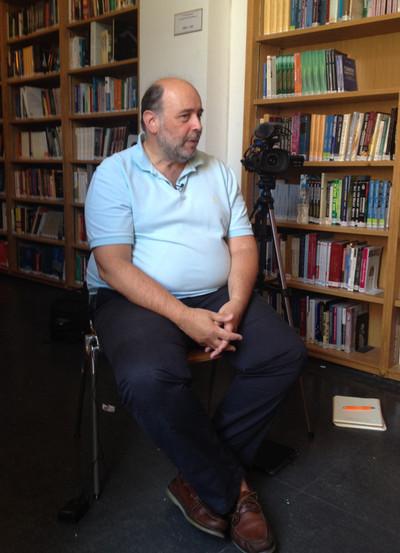 De hoogleraar Sokratis Korniodos in de universiteitsbibliotheek van Athene. Foto: Kimberly Major