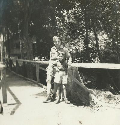 Evert-Jan Nijboer poseert voor de foto samen met een Indonesisch jongetje.