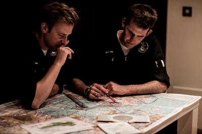 Planning voor een nieuwe missie door de bemanning van de Wildlife Air Service. Foto: Paul Wolfgang Webster / Wildlife Air Service