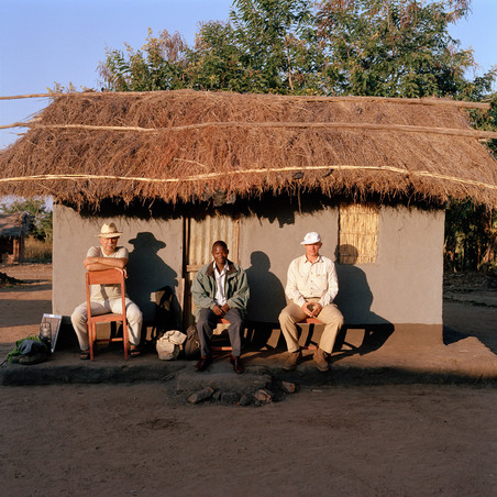 Fotograaf Jan Banning (links), tolk Epifano Chifumbi en journalist Dick Wittenberg. Dickisoni, 2005. Foto: Jan Banning