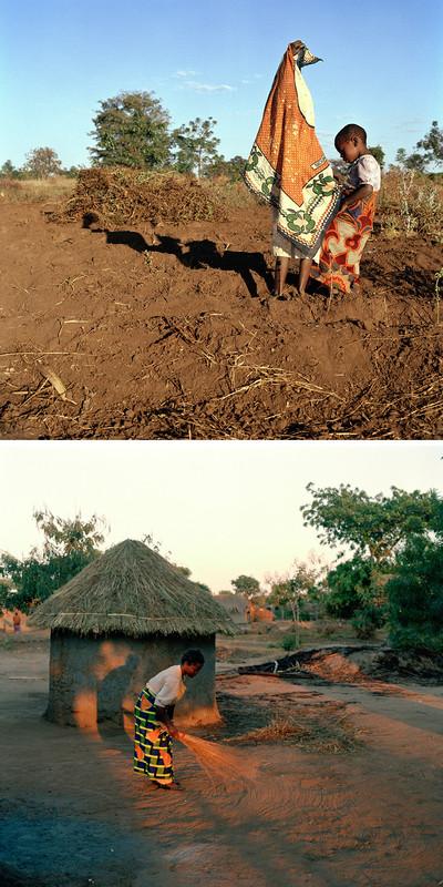 Foto boven: Kinderen aan de rand van het veld waar hun moeder pinda's oogst. Foto onder: Vrouw met bezems op haar jurk veegt 's morgens haar erf. Dickisoni, 2005. Foto's: Jan Banning