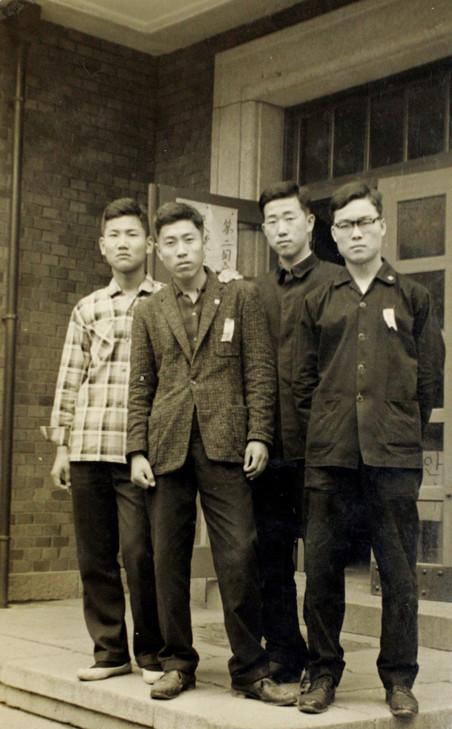 Ban Ki-moon (tweede van rechts) in 1963 met vrienden tijdens zijn studie Internationale Betrekkingen aan de Universiteit van Seoul. Foto: Zuid-Koreaanse ministerie van Buitenlandse Zaken / ANP