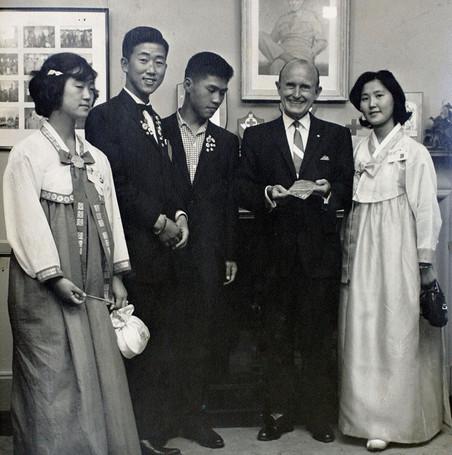 Ban Ki-moon (tweede van links) in 1962 tijdens zijn bezoek aan de Verenigde Staten. Foto: Zuid-Koreaanse ministerie van Buitenlandse Zaken / Getty Images