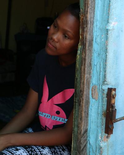 'Een eindje verderop zit Jessica (9) verveeld op het stoepje voor haar huis. Ze had op school moeten zitten.' Beeld: Emma Lesuis