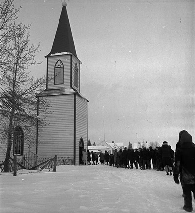 Leerlingen van de Residential School op Moose Factory Island bezoeken de dienst in de St. Thomas Anglican Church. Foto: Library and Archives Canada