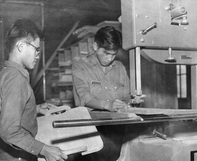 Leerlingen in de houtwerkplaats op Kamloops Residential School, British Columbia, ca. 1958. Foto: Library and Archives Canada