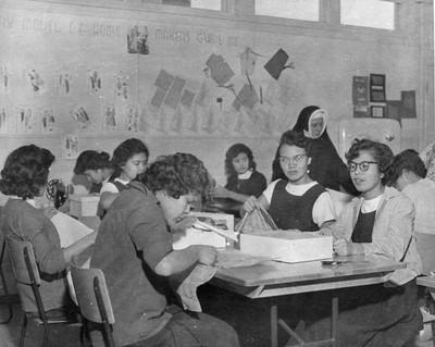 Handwerkles op de Kamloops Indian Residential School, British Columbia, jaartal onbekend. Foto: Library and Archives Canada