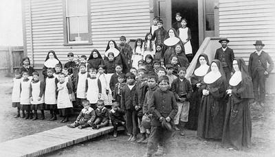 Groep leerlingen en nonnen, datum en plaats onbekend. Foto: Library and Archives Canada