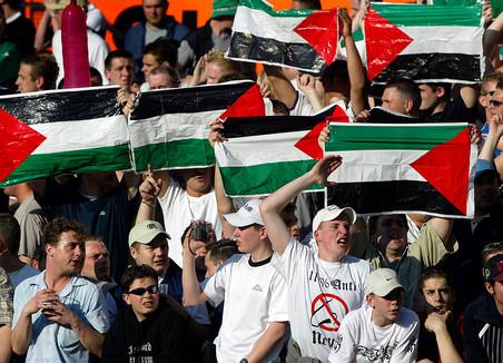 16 april 2003: Feyenoord-fans roepen anti-joodse leuzen naar de supporters van Ajax. Foto: Michael Kooren / Hollandse Hoogte