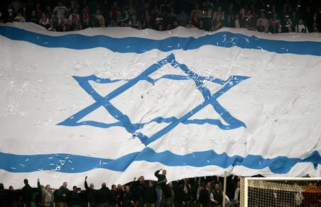 30 november 2003: De F-side van Ajax met een Israëlische vlag terwijl hun club het opneemt tegen Feyenoord. Foto: Olaf Kraak / ANP