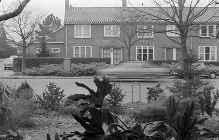 De foto die Theo Baart maakte in 1975 door het raam vanuit de woonkamer van zijn ouderlijk huis. Foto: Theo Baart