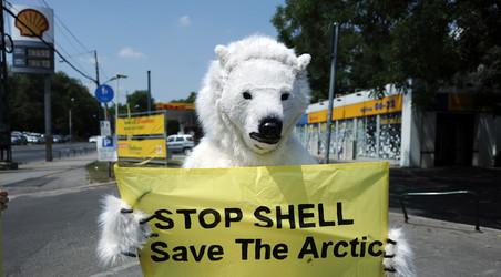 Een Greenpeace-activist (21 juni 2012). Foto: Attila Kisbenedek / AFP