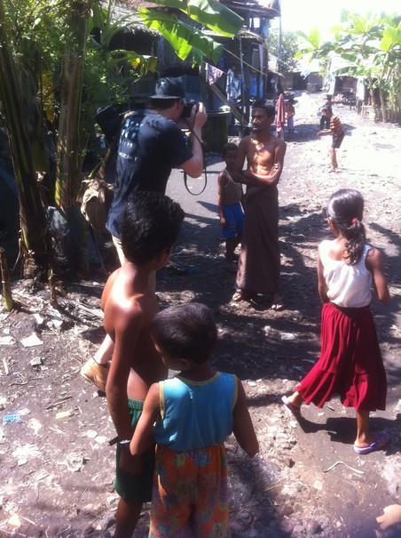 Fotograaf Andreas Stahl aan het werk in Aung Mingalar. Foto: Lennart Hofman